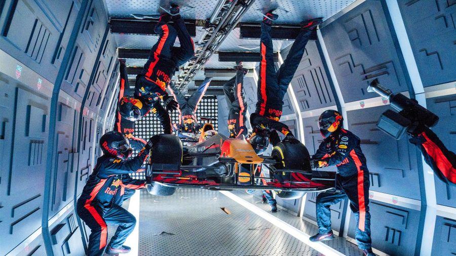 Red Bull thay lốp ở điều kiện không trọng lực