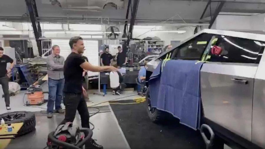 Tesla Cybertruck bị ném kính nhưng không vỡ