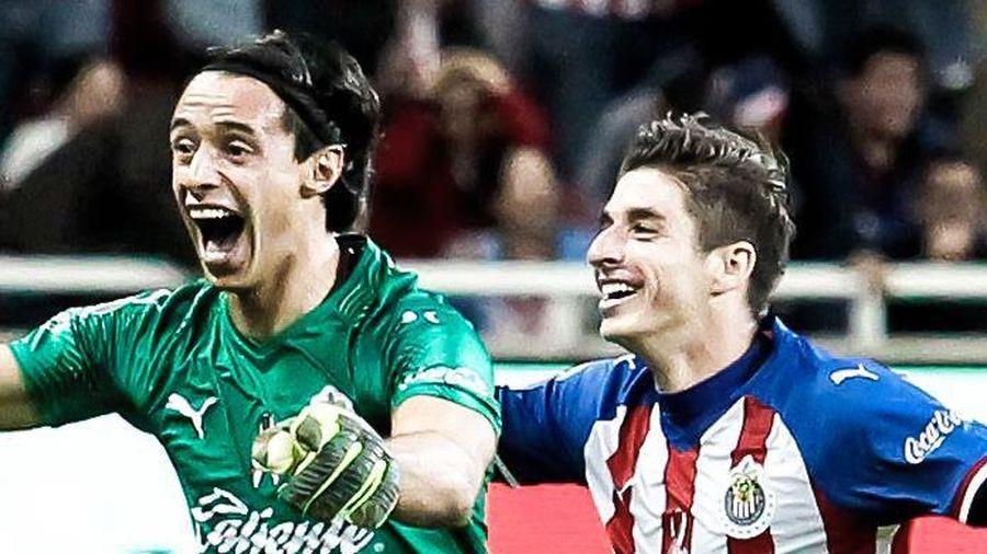 Thủ môn Chivas ghi bàn khó tin từ sân nhà