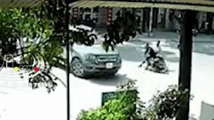 Ôtô quay đầu ẩu khiến xe máy tông vào, 2 người bị thương nặng