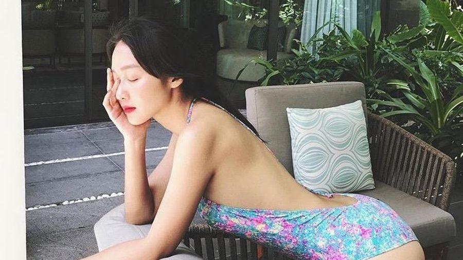 Khả Ngân khoe lưng trần trong đồ bơi, Chi Pu diện váy bó sát