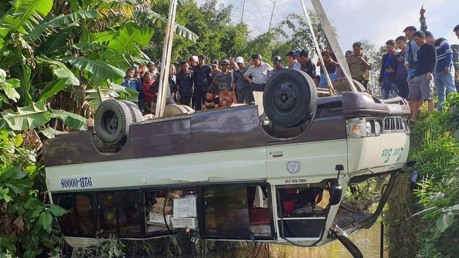 Xe khách lao xuống sông, 7 người thoát chết