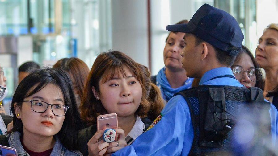 Fan gây náo loạn sân bay Nội Bài, đón gần 100 sao Hàn