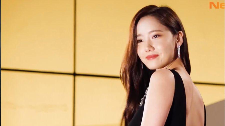 Yoona diện váy khoét sâu khoe vai trần