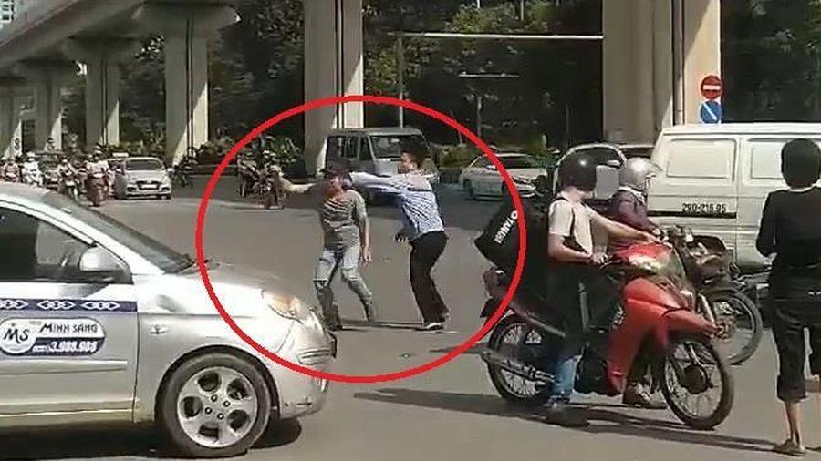 Tài xế ôtô và xe máy lao vào đánh nhau sau va chạm giao thông