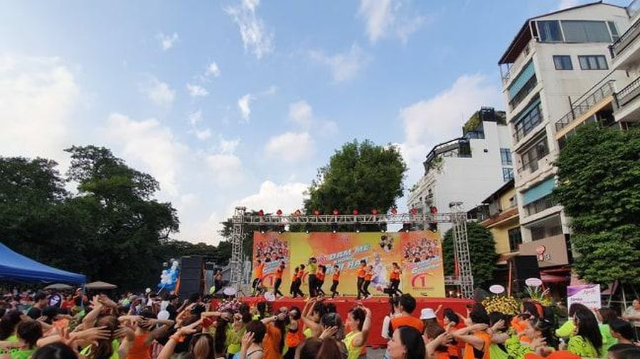 Phố đi bộ Hồ Gươm sôi động với màn nhảy Zumba tập thể của hơn 300 người