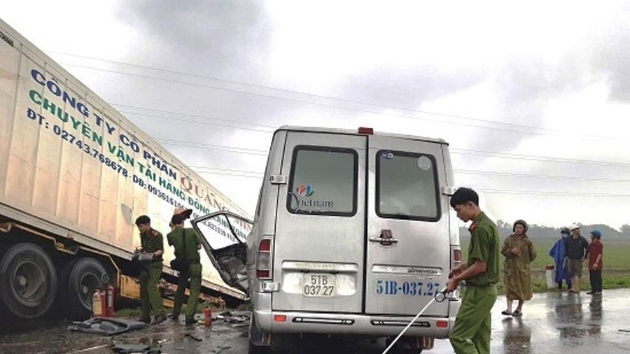 Vụ tai nạn ở Quảng Ngãi: Người đi cùng trên container dương tính với ma túy
