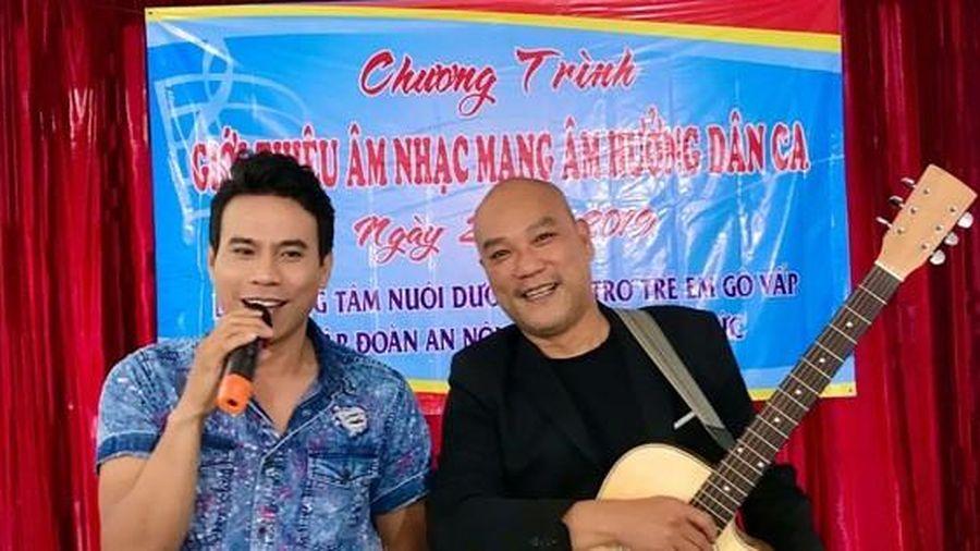 Diễn viên Trí Quang và nhạc sĩ Quốc Hùng xúc động hát vì trẻ mồ côi
