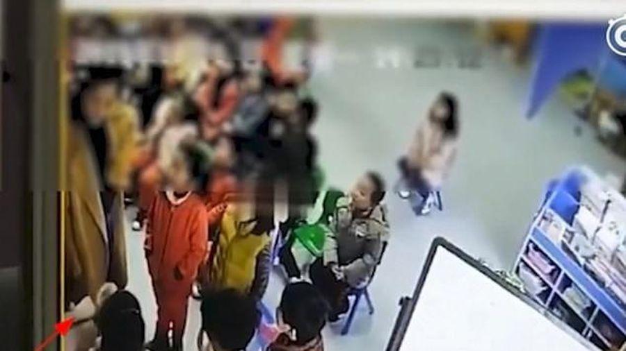 Phẫn nộ cảnh giáo viên bắt 4 học sinh tự tát liên tiếp vào mặt vì không ngủ trưa