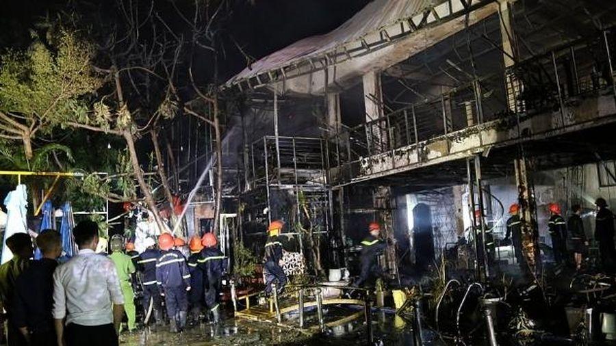 Cháy lớn quán bar trong đêm, hàng chục người bỏ chạy thoát thân