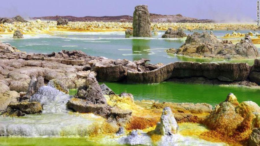 Kỳ lạ khu vực đầy nước, màu sắc đẹp mắt nhưng không sinh vật nào sống nổi
