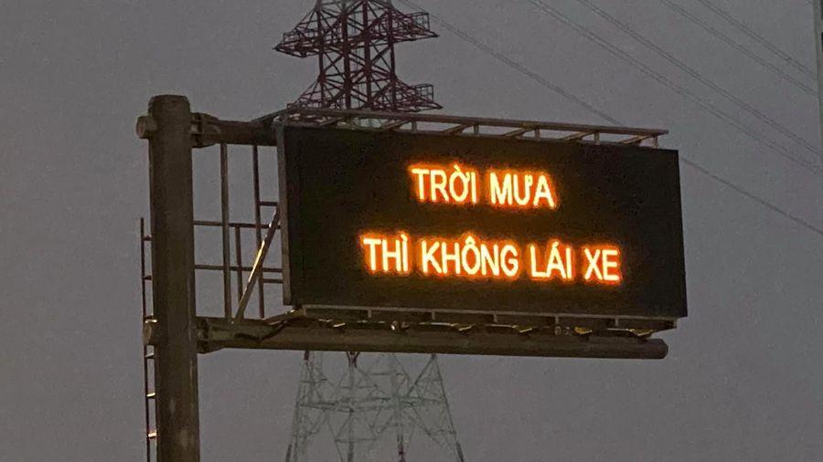 Nguyên nhân xuất hiện dòng chữ 'trời mưa thì không lái xe' trên cao tốc