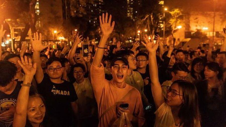 Ứng viên ủng hộ dân chủ chiến thắng áp đảo trong bầu cử cấp quận Hồng Kông