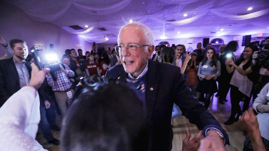 Thượng nghị sỹ Bernie Sanders 'trổ tài' khiêu vũ