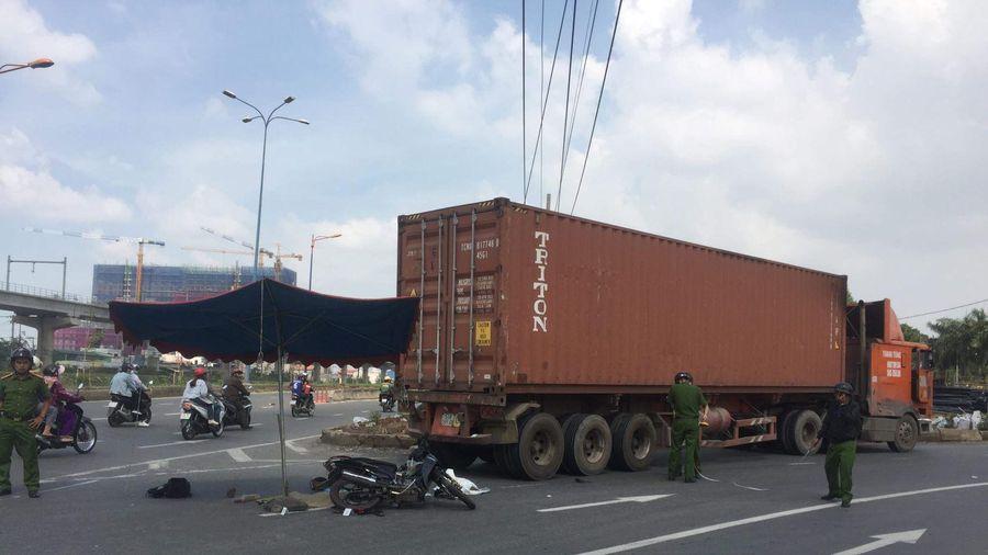 Ba người đi xe máy thương vong khi va chạm với container