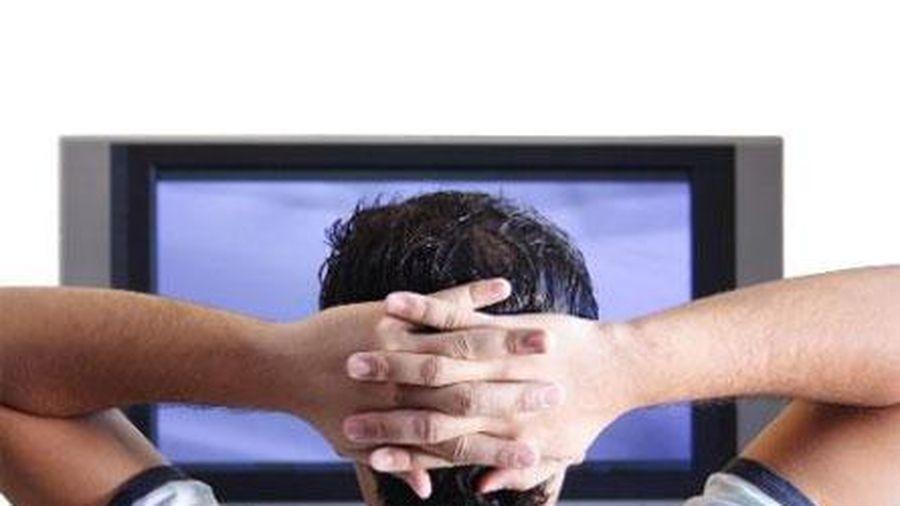 Vợ ghen vì chồng mê tivi