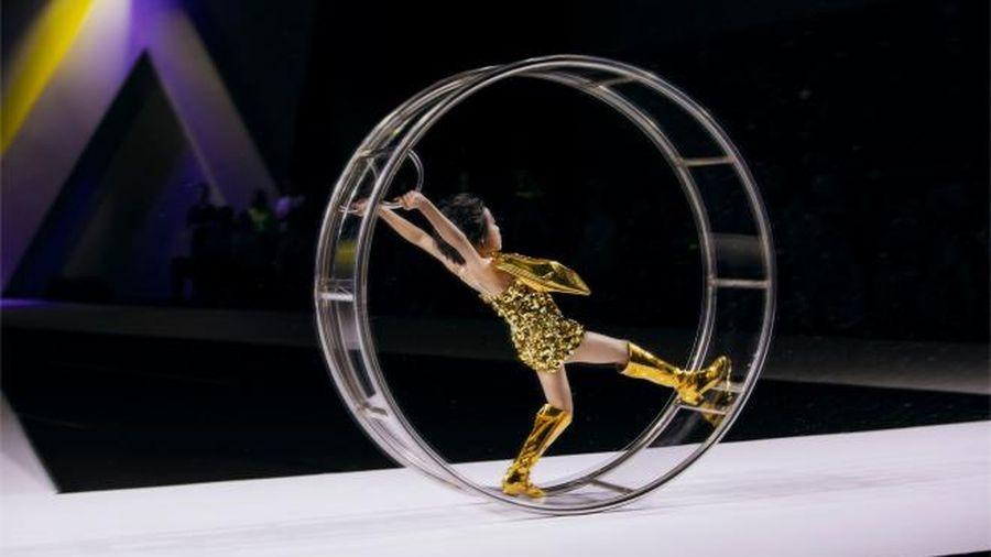Mẫu nhí Việt catwalk 'thần sầu' trong vòng bánh xe, nhiều đàn chị còn choáng váng