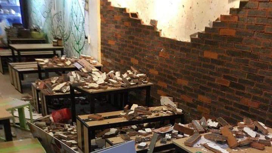 Bị gạch trang trí trong quán ăn rơi trúng, 4 thực khách nhập viện cấp cứu
