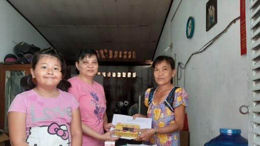 Nhóm từ thiện bạn bè Tuyết Lan thăm, tặng quà gia đình cô Xuân
