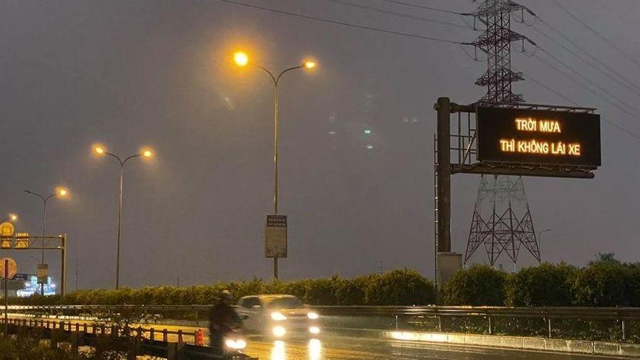'Trời mưa thì không lái xe' trên cao tốc là do lỗi... đánh máy!
