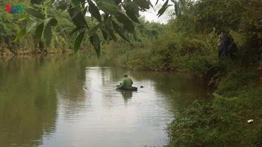 Bàng hoàng phát hiện thi thể thanh niên mặc đồ thể thao nổi bờ sông