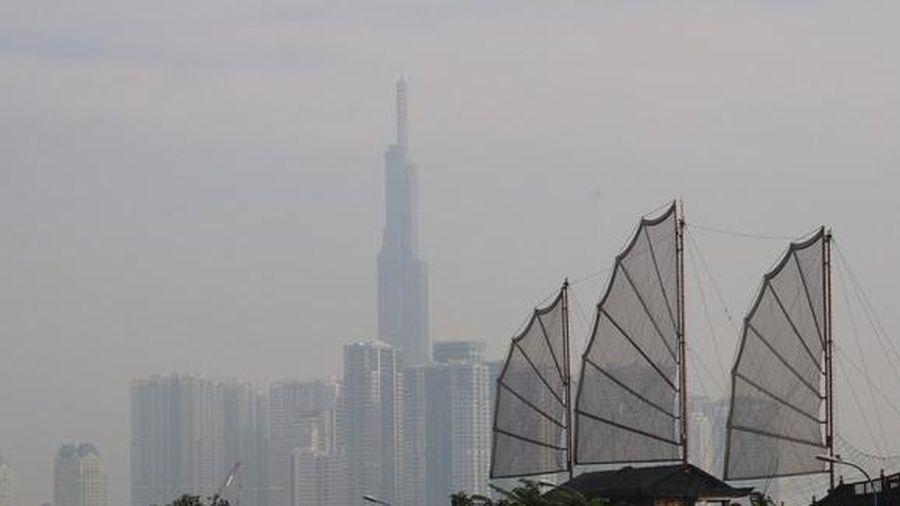 Sương mù phủ kín các nẻo đường, dân TP.HCM lo lắng ô nhiễm không khí