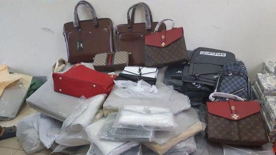 Bắt giữ hàng trăm túi xách, ví da hiệu Louis Vuitton, Dior đang 'tuồn' đi tiêu thụ