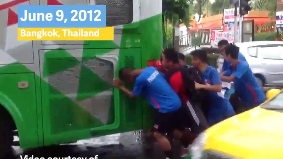 Lầy như cựu cầu thủ của Philippines: Nước nhà bị chê công tác tổ chức bèn đào lại kỷ niệm hì hục đẩy xe buýt năm 2012 như để đá xoáy Thái Lan
