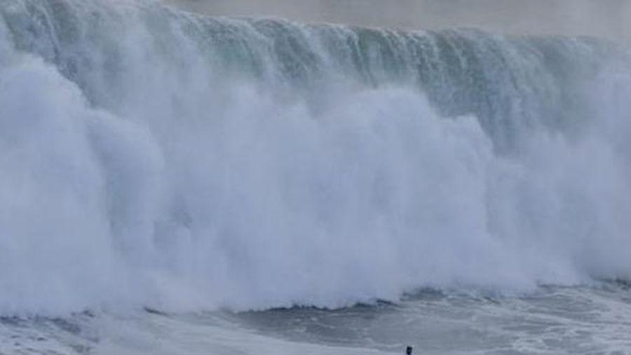 Khoảnh khắc giải cứu người chìm trong sóng cao 15 m