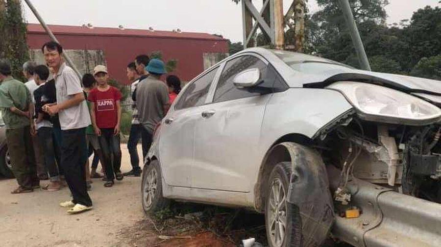 Hà Nội: Ô tô con đâm dải tôn bên đường, tài xế may mắn may mắn thoát nạn