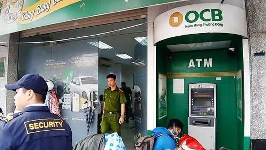 Bịt mặt xông vào trụ ATM của ngân hàng Phương Đông cạy phá lấy tiền