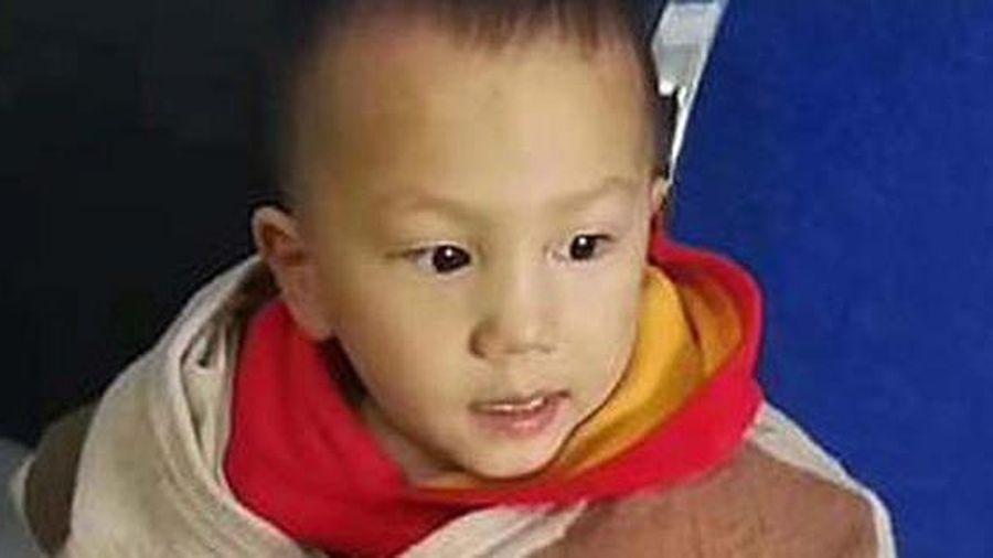 Bố nhét con trai 3 tuổi vào túi đem vứt