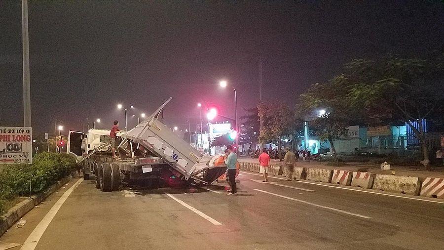 Hai vợ chồng trẻ trong xe tải bị cuộn tôn nặng hàng chục tấn đè trên đường phố, thoát chết thần kì