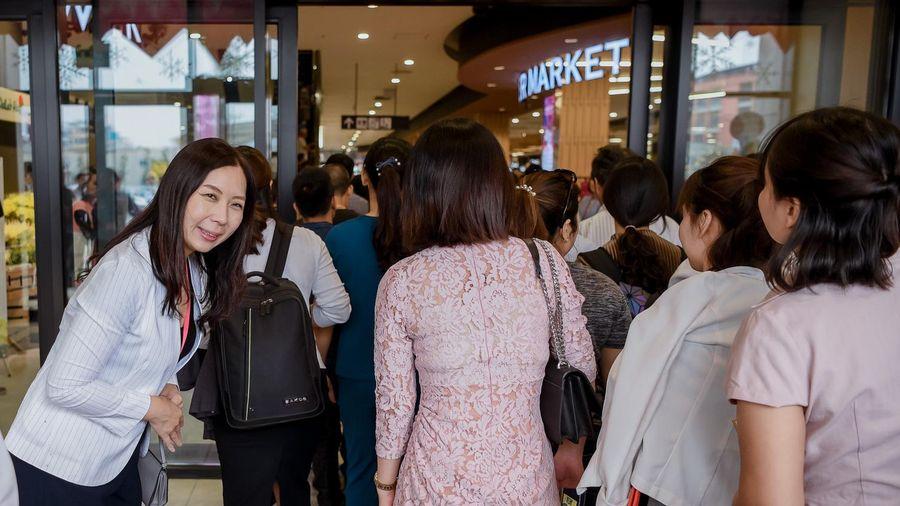 Dân tình ngạc nhiên trước sự ân cần của đội ngũ nhân viên Aeon Mall Hà Đông trong ngày đầu khai trương