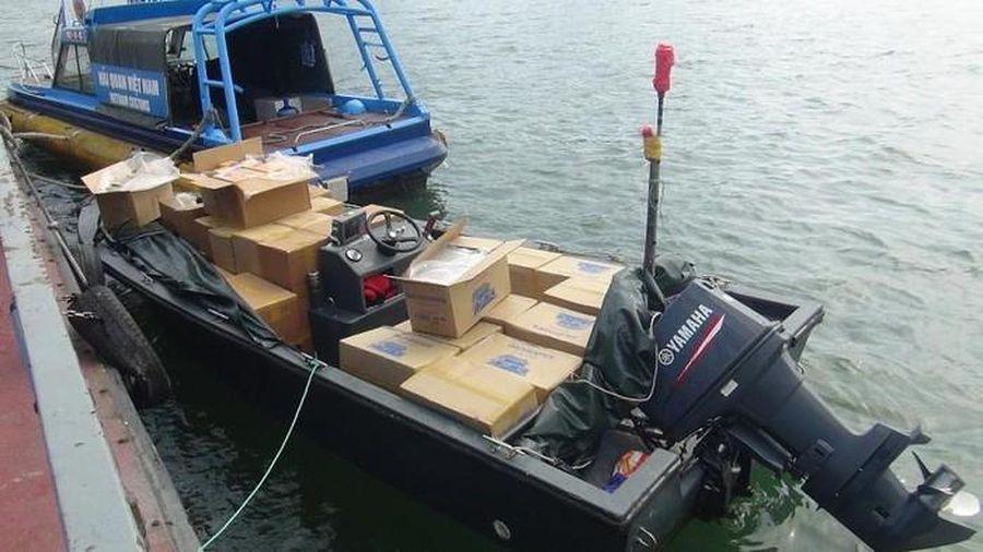 Bị Hải quan phát hiện, 3 xuồng in chữ Trung Quốc bỏ chạy, để lại gần 30.000 bao thuốc lá lậu