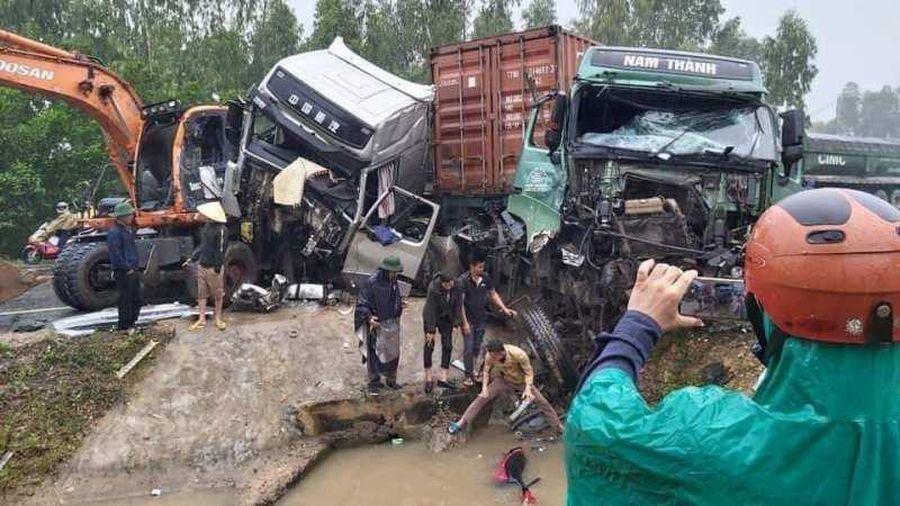Hai ô tô container tông nhau, húc văng xe máy xuống nước