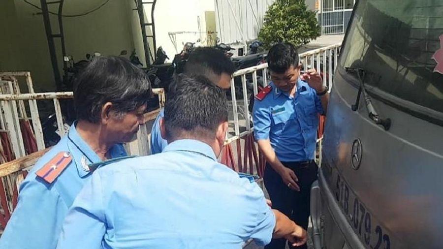 Kinh hãi 3 em học sinh lớp 1 văng lộn nhào từ xe ô tô đưa rước