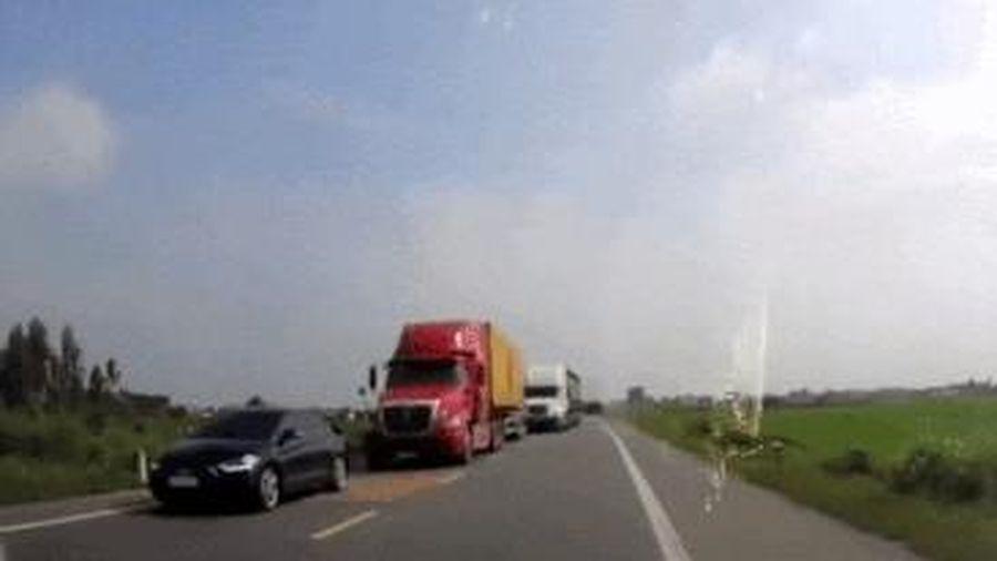 Những pha lấn làn, vượt ẩu gây nguy hiểm của tài xế ôtô