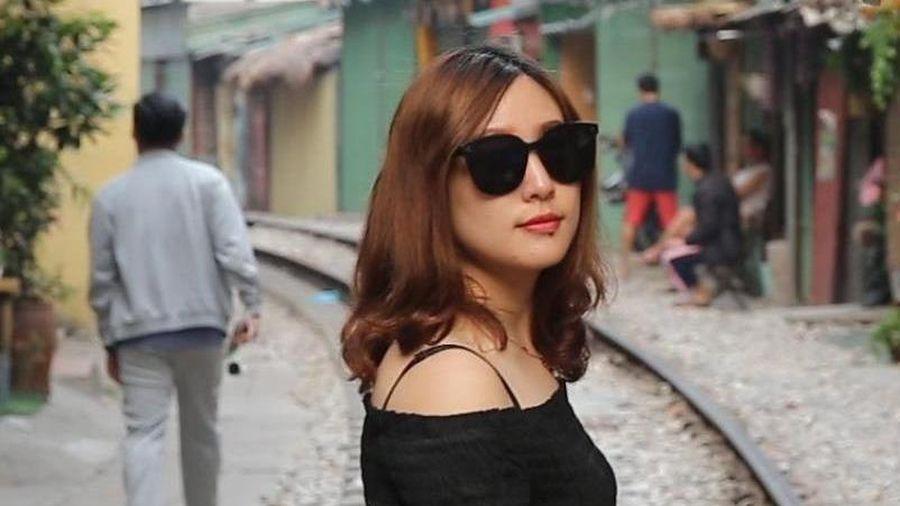 Du khách vượt rào cấm, check-in phố đường tàu Phùng Hưng