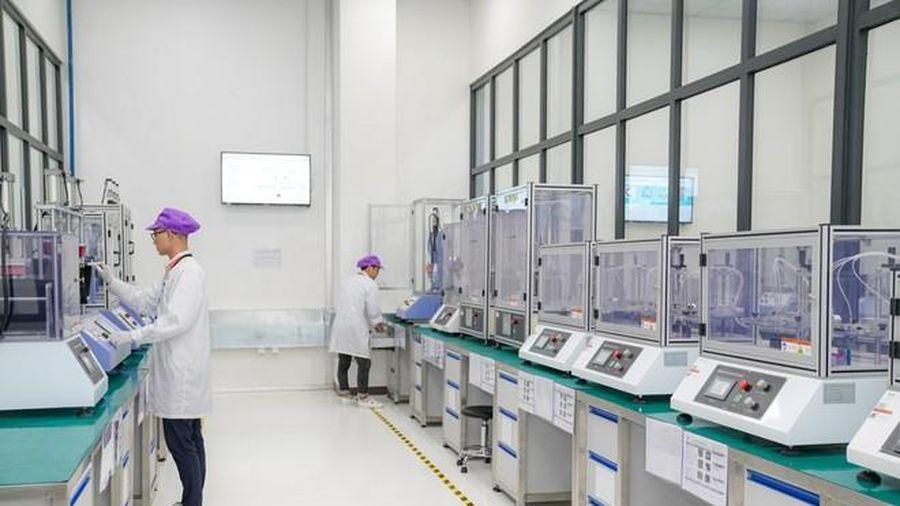 Dàn robot hiện đại tại nhà máy sản xuất điện thoại Vsmart