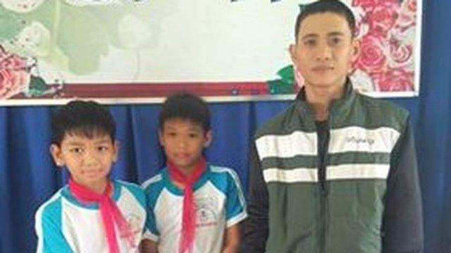Quảng Ngãi: Tuyên dương 2 học sinh trả ví cho người đánh rơi