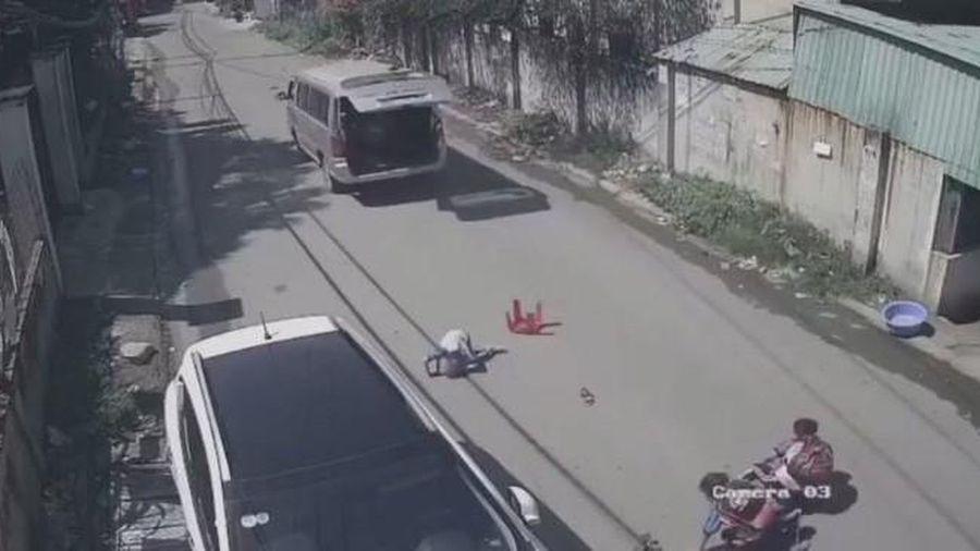 Đồng Nai: Ô tô vào cua bất cẩn, 3 học sinh trên xe bị văng xuống đường