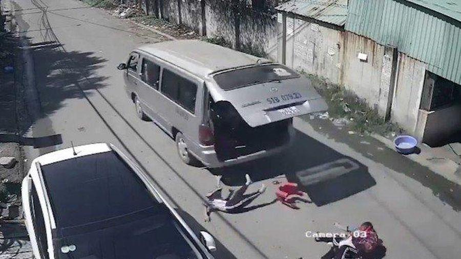 Đồng Nai: Làm rõ vụ xe ô tô đưa đón học sinh bị bung cửa sau khiến 3 em rơi xuống đường