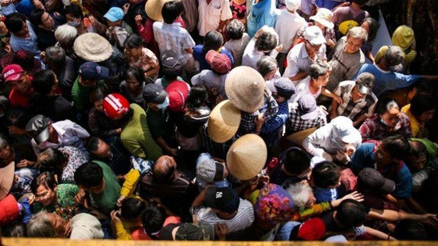 Hỗn loạn cảnh hàng trăm người chen lấn nhận tiền và gạo tại biệt thự của Ngọc Sơn