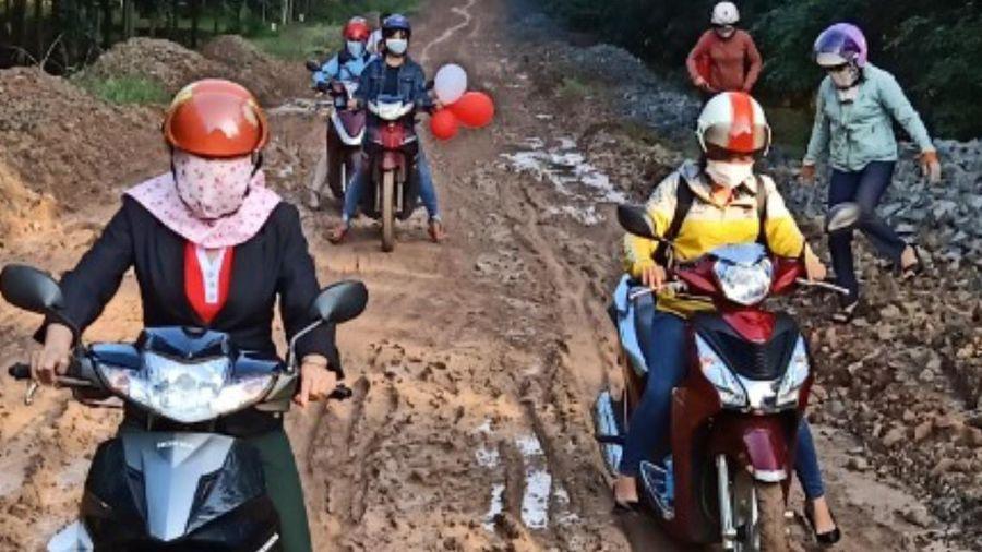 Cô giáo đi gần 120 km đường đất để gieo chữ cho học trò Xtiêng