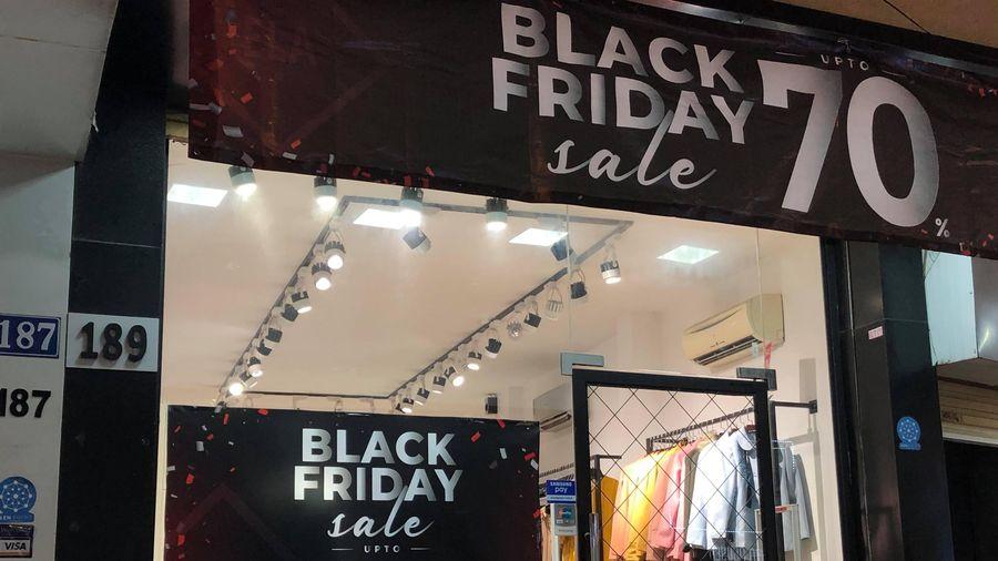 Đổ xô săn hàng sale off ngày Black Friday, dân tình ngã ngửa kiểu 'treo đầu dê...'