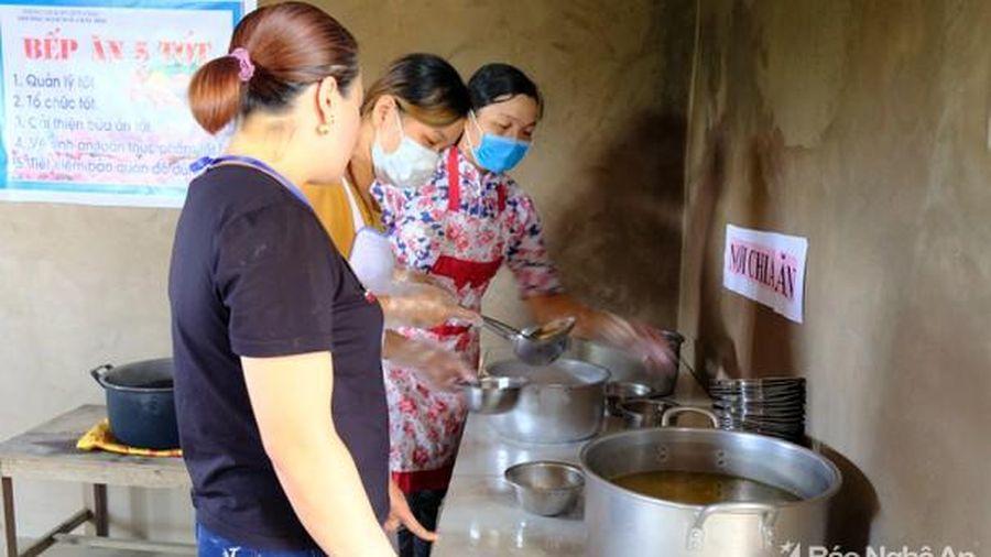 Nghệ An có hơn 100 trường mầm non phụ huynh đang phải tự nấu ăn cho trẻ