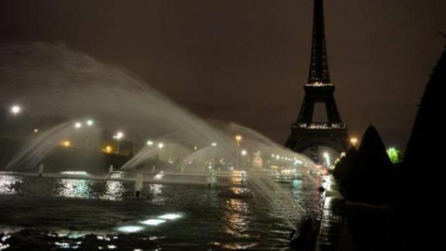 Tháp Eiffel tắt đèn hưởng ứng phong trào chống bạo hành phụ nữ