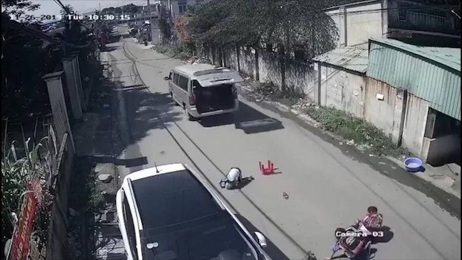 Kinh hoàng xe chở học sinh vào cua gấp, văng 3 em xuống đường
