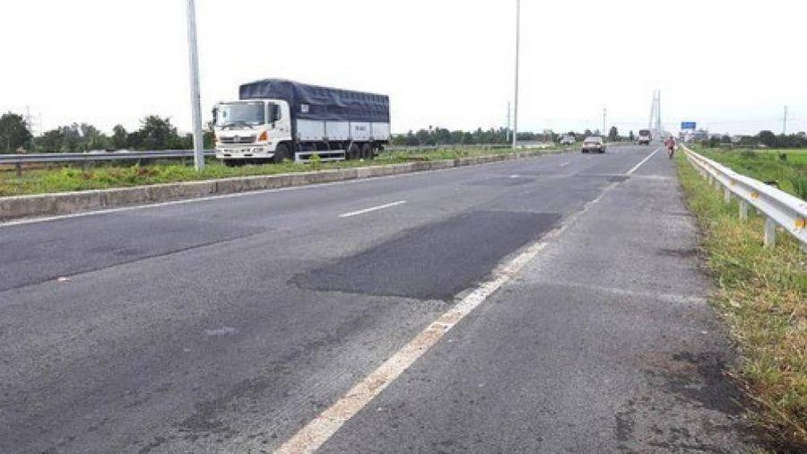 Tràn lan vi phạm lấn chiếm hành lang đường dẫn cầu Vàm Cống